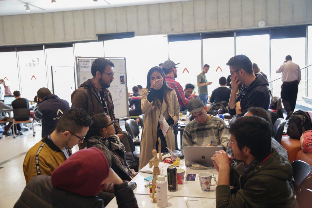 Estudiantes participando en una Hackathon