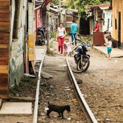 En un barrio mariquiteño los rieles simplemente separan las casas construidas recientemente.