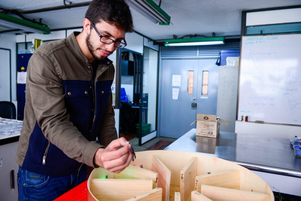 Daniel Gutiérrez en el laboratorio, con el escenario de pruebas.