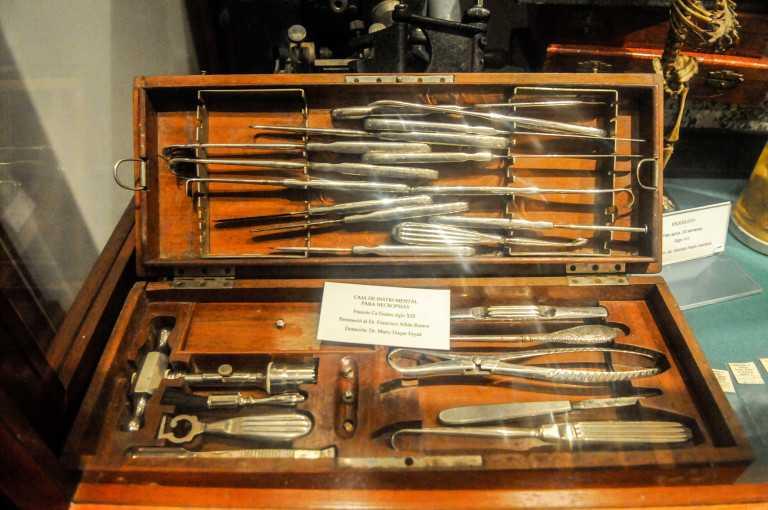 Instrumentos como estos definieron la práctica de los cirujanos en el siglo XVII (tomada en el Museo de la Medicina Ricardo Rueda González).
