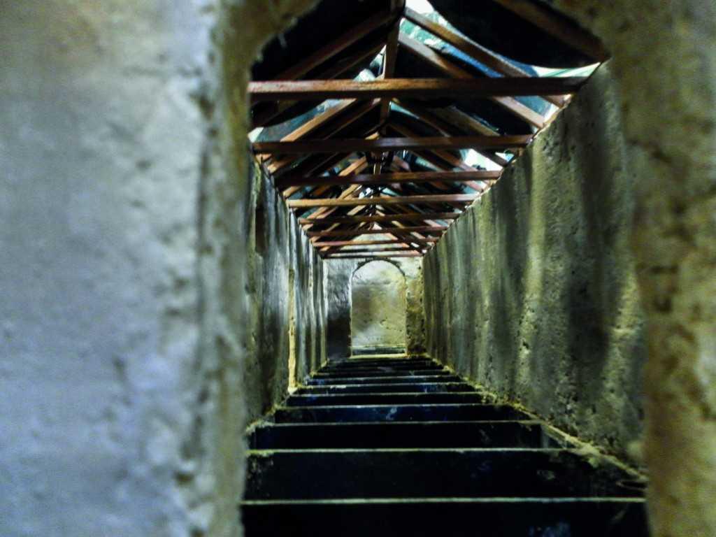 Según las Leyes de Indias, las capillas doctrineras se soportaban sobre estructuras de madera que, a su vez, sostenían un tendido hecho con cañas, cubierto con barro y tejas.