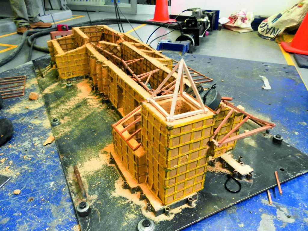 En la mesa vibratoria del Laboratorio de Pruebas y Ensayos se probó la sismorresistencia de las capillas construidas a escala, una vez los investigadores aplicaron técnicas de recubrimiento en sus muros.