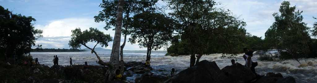 Durante las migraciones anuales de peces, los indígenas del río Caquetá pescan en las aguas rápidas. /Sandra Bibiana Correa