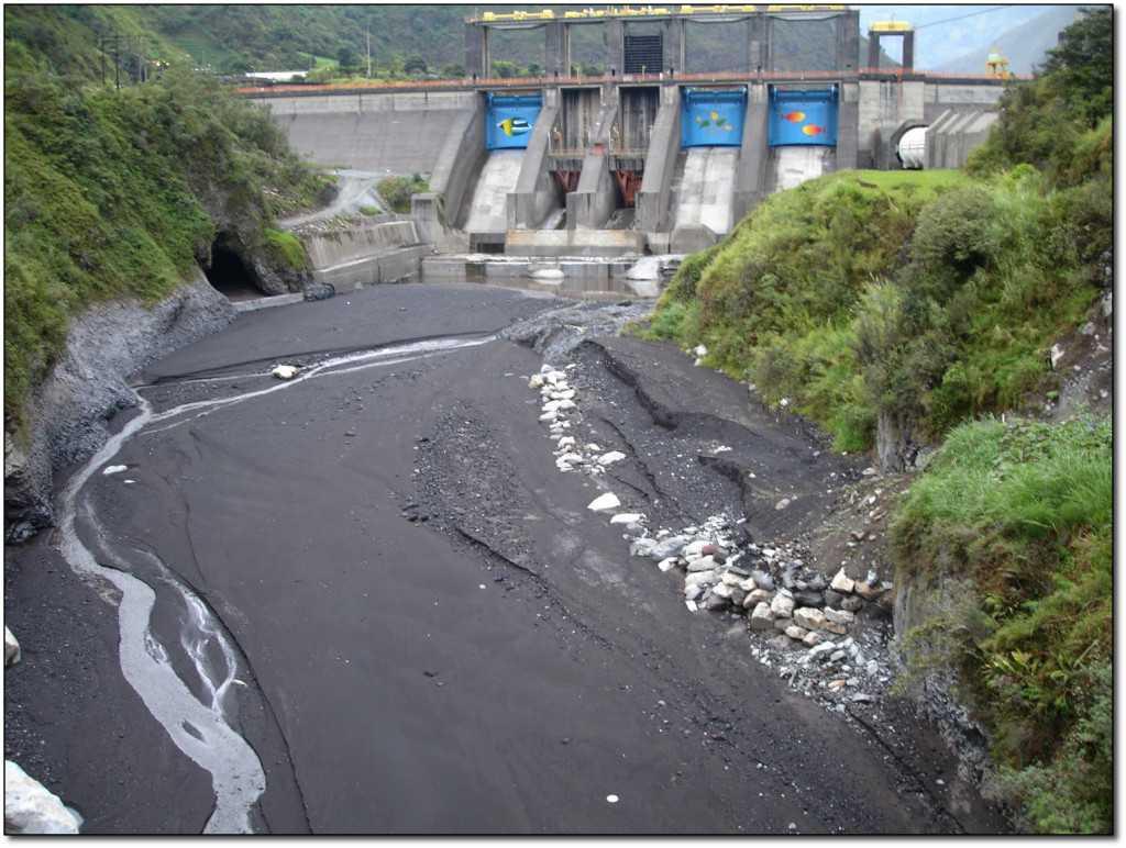 Las represas en los ríos de la Amazonía andina generalmente desvían a distancias de varios kilómetros todo el caudal del agua. /Elizabeth Anderson