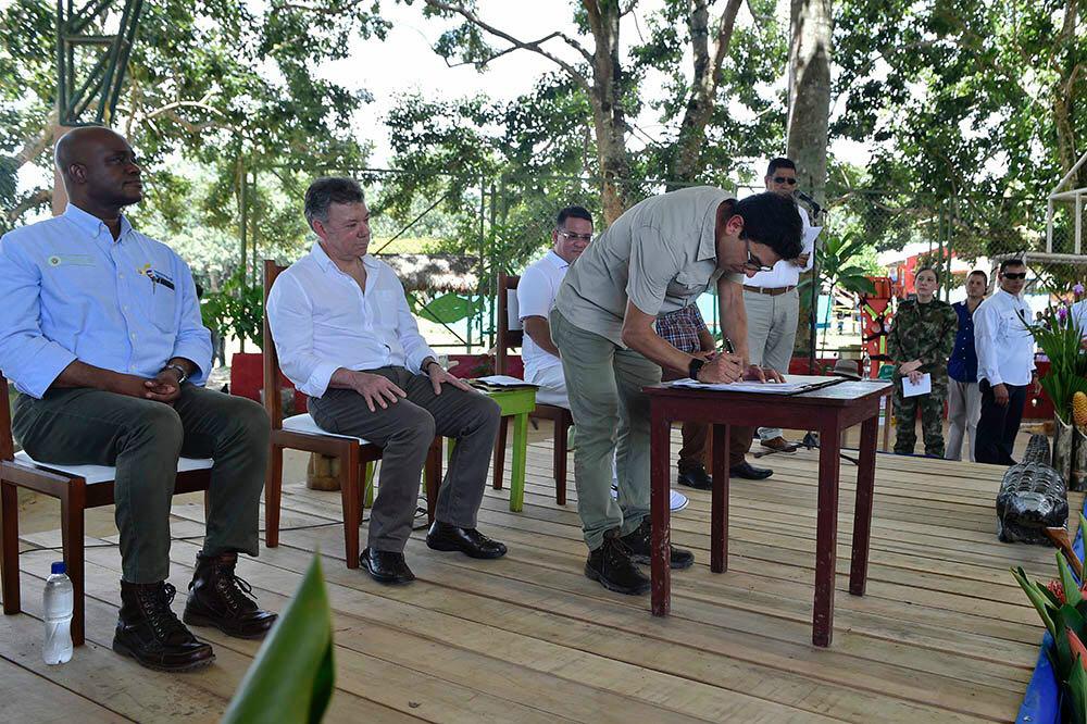 Acompañado de Luis F. Murillo, ministro de Medio Ambiente (izq.), y del presidente Juan Manuel Santos (centro), el profesor Javier Maldonado firmó en Puerto Nariño el acuerdo de entendimiento entre el Gobierno colombiano y las partes que integran el proyecto Amazon Fish.